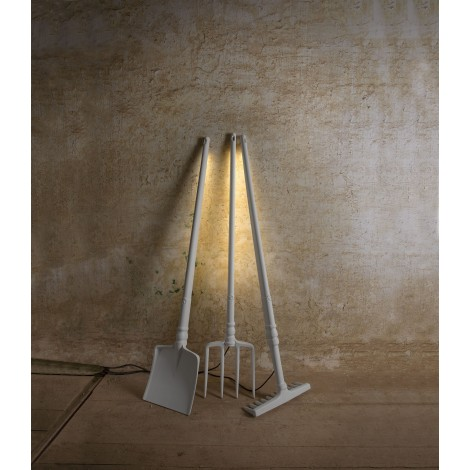 Tobia floor lamp with pitchfork, shovel or rake forms. Type of 17.2 watt led lamp